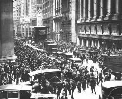 La foule s'attroupe devant l'édifice de la Bourse de New-York, en octobre 1929