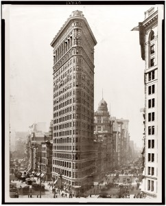 Le Flat Iron Bulding en construction à New-York et achevé en 1902