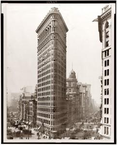 Le Flat Iron Bulding en construction à New-York et achevé en 1902