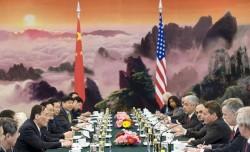 Le secrétaire d'Etat au trésor américain Timothy Geithner (à droite), lors d'un meeting avec le vice-Premier ministre chinois Wang Qishan, juin 2009.