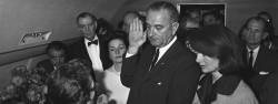 Lyndon Johnson prêt serment à bord d'Air Force One et devient le 36° Président des Etats-Unis