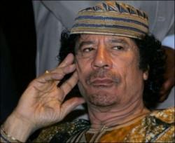 """Mouammar Kadhafi se faisait notamment remarquer par sa mégalomanie. En 2009 au SOmmet de l'Union Africaine, il se fait nommer """"roi des rois traditionnels d'Afrique"""" et exige qu'on ne le nomme plus qu'ainsi."""