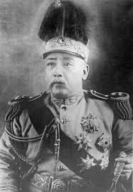 Yuan Shikai, anciennement grand défenseur de l'Empire des Qing et modernisateur de l'armée impériale, prend le pouvoir à sa chute, sans toutefois parvenir à le conserver. De nombreux seigneurs de la guerre se sont révélés être d'anciens officiers subalternes du général.