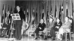 La signature des Accords de Bretton Woods, à l'origine de la BIRD