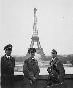 Hitler devant la Tour Eiffel, après l'invasion allemande de la France