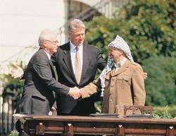 L' accord historique entre Yithzak Rabin et Yasser Arafat le 12 septembre 1993, un espoir pour la communauté internationale