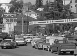 Une station-service aux Etats-Unis durant les années 1960 et l'essor de la consommation d'or noir