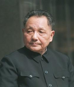 Deng Xiaoping, leader réformateur de la République Populaire de Chine. Il adhérera d'abord aux idées de Mao avant d'être en conflit avec lui pendant 8 ans et de démanteler ses politiques.