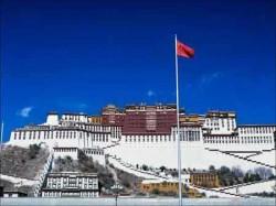 Le palais du Potala à Lhassa, avec le drapeau chinois flottant au vent