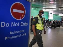 Un employé de l'aéroport de Los Angeles le 9 octobre.