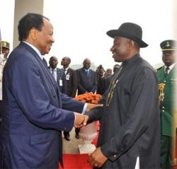 A gauche, Paul Biya, le président du Cameroun et à droite, Goodluck Jonathan, le président du Nigéria