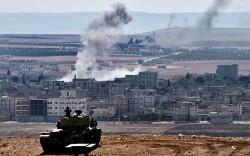 Des soldats turcs en position face à la ville de Kobané