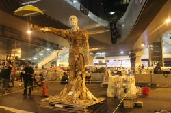 Umbrella statue, la création originale d'un étudiant d'art hongkongais qui se veut un symbole de paix, devenu l'étendard de la révolution des parapluies