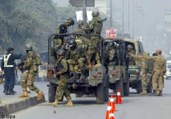 Arrivée de l'armée pakistanaise sur les lieux de l'attaque à Peshawar