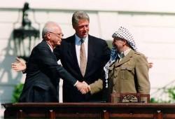 Yasser Arafat, Bill Clinton et Yitzhak Rabin lors de la signature des accords d'Oslo en septembre 1993