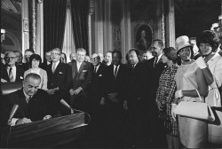 Lyndon Johnson signe le Voting Rights Act, en présence de Martin Luther King