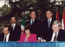 George Bush Sr. (au centre), initiateur de l'ALENA avec le Canada et le Mexique