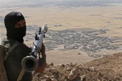 Les peshmergas kurdes constituent la principale force de résistance à l'avancée de Daesh, les forces régulières irakiennes ayant été balayées. Les bombardements de la coalitions depuis août 2014 ont permis de desserrer l'étau sur le Kurdistan irakien.