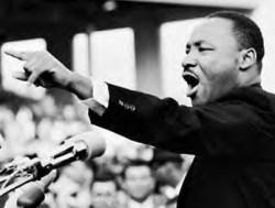 Martin Luther King, en appliquant le principe de désobéissance civile, s'opposera à Malcolm X sur les sujets de lutte pour les droits civils.