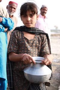Une jeune pakistanaise attendant de récupérer de l'eau.