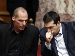 Après avoir négocié avec l'Eurogroupe, le plus dur est d'annoncer la décision au reste de la Grèce.