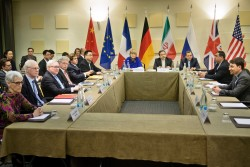 """Les """"5+1"""" et l'Iran à la table des négociations. L'accord de Lausanne n'est qu'une étape qui se terminera en juin."""