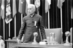 Nehru, instigateur de la conférence de Bandung. Après la fin de la Guerre d'Indochine en 1954, les puissances asiatiques veulent accélérer les mouvements d'indépendance.