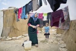 Une réfugiée syrienne et son enfant dans un camp informel au Liban