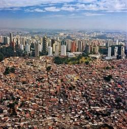 Sao Paulo, ville symbole des réalités urbaines au Brésil. Source: http://ds-lands.com/