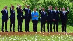 Angela Merkel au milieu des autres chefs d'Etat du G7 et la seule à ne pas saluer, nul besoin quand on se place  calmement au centre de la scène.