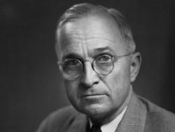Harry S. Truman, 33ème président des Etats-Unis quitte le pouvoir en laissant une mauvaise image de sa présidence. Cette image s'améliorera considérablement des années après son départ et surtout depuis sa mort.