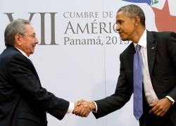Poignée de mains historique entre R. Castro et B. Obama au Sommet des Amériques.