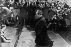 Willy Brandt agenouillé devant le mémorial du ghetto de Varsovie, le 8 décembre 1970.