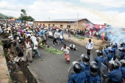 À l'origine du conflit se trouve le troisième mandat présidentiel de Pierre Nkurunziza. Pour ses partisans, la limite des deux mandats n'est pas atteinte dans la mesure où le président avait été élu par le parlement et non par la population en 2005.