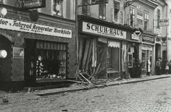 Des magasins saccagés lors de la Nuit de Cristal (9-10 novembre 1938). (c) Mémorial de la Shoah