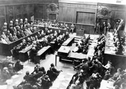 Vue d'ensemble du tribunal lors des procès de Nuremberg