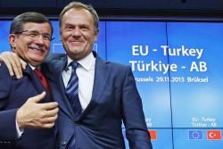 Le premier ministre turc Ahmet Davutoglu et le président du Conseil Européen Donald Tusk au sommet ce dimanche.
