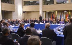 Le secrétaire d'Etat John Kerry et les parties prenantes de la conférence sur la Libye au ministère des affaires étrangères italien le 13 décembre à Rome.