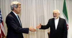 Le secrétaire d'Etat américain John Kerry serre la main du ministre iranien des affaires étrangères  Mohammad Javad Zarif au sommet de Genève le 14 janvier 2015. J