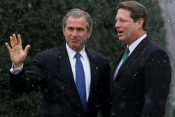 Les deux candidats à l'élection présidentielle américaine Al Gore (à droite) et George W. Bush (à gauche) ont dû attendre le 12 décembre pour être départagés.