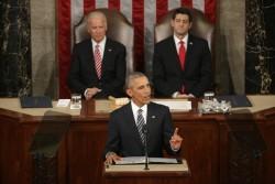 Barack Obama s'exprimant sous le regard de Joe Biden (Vice-Président des Etats-Unis) et celui de Paul Ryan (Président de la Chambre des Représentants).