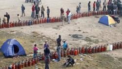 Avec la suspension des exportations indiennes vers le Népal, l'attente peut durer plusieurs jours pour s'approvisionner en gaz et en essence.