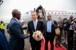 Ban Ki-moon lors de son arrivée au Burundi (22 février 2016). Il doit aider à la recherche d'une solution pour la sortie de la crise politique qui touche le pays. (c) UNIC