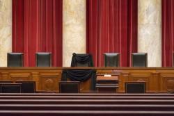 Le siège du juge Scalia au sein de la Cour Suprême a été drapé de noir afin de lui rendre hommage. Loin de ce recueillement, la bataille politique sur sa succession fait rage. (c) J. SCOTT