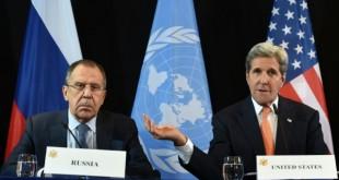 Le ministre russe des affaires étrangères Sergueï Lavrov, et le secrétaire d'Etat John Kerry le 11 février 2016 à Munich à la signature de l'accord sur la cessation des hostilités. Dans l'incapacité de s'entendre sur l'avenir du régime depuis cinq ans, Etats-Unis et Russie ont fini par s'entendre sur l'urgence de la fin des combats.