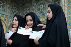 Des Iraniennes patientant devant un bureau de vote