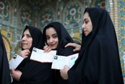 4873309_6_6df7_des-iraniennes-montrent-leurs-papiers_aa8d0a79134c37bad74b20c6e8d0ace2
