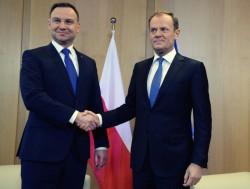 La Pologne du Président eurosceptique Andrzej Duda (à gauche) a engagé des réformes qui annihilent la bonne intégration européenne du pays qu'avait engagée Donald Tusk (à droite), ancien Président du Conseil polonais et désormais Président du Conseil européen.