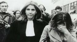 Gisèle Halimi, lors du procès de Bobigny en 1972, dénonce la loi de 1920 qui pénalise l'avortement