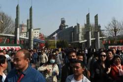 Devant le siège de Guofeng Steel Company à Tangshan, de nombreux ouvriers se sont rassemblés pour manifester contre leur licenciement.